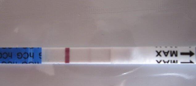 Positiver Schwangerschaftstest Foto zeigt Verdunstungslinie