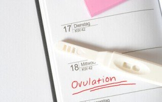 Ovulationstest und Kalender mit Eintragung des Eisprungs